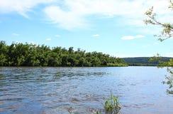 Flod Kan och Siberian taiga Arkivbild