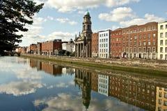 Flod Liffey i Dublin arkivbilder
