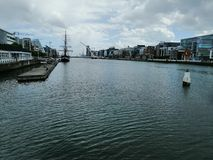 Flod Liffey med byggnader i bakgrund royaltyfri bild