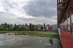 Flod Maritsa i den Plovdiv staden, täckt bro Arkivfoto