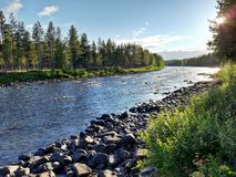 Flod med aftonsolen Arkivbilder