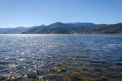 Flod med bergbakgrund Arkivbild