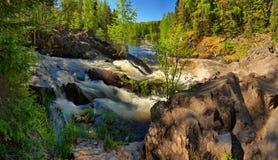 Flod med branta forsar och steniga kuster Royaltyfri Foto
