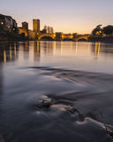 Flod med den historiska bron royaltyfri fotografi
