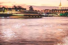 Flod med en reflexion av ljusen av nattstaden arkivbild