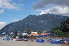 Flod med fartyg på berg för en bakgrund i Nha Trang Vietnam Royaltyfria Bilder