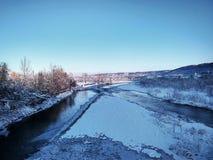 Flod med is på en bakgrund av berg fotografering för bildbyråer