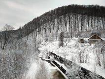 Flod med is på en bakgrund av berg arkivfoto