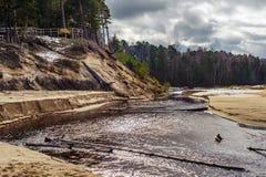 Flod med sandiga kuster i Lettland royaltyfria bilder