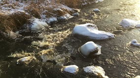 Flod med snö på stenarna stock video
