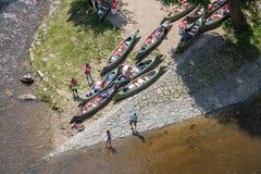 Flod med turister och kanoter, Cesky Krumlov royaltyfria bilder