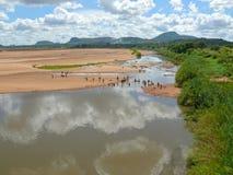 Flod med tvättande folk. Royaltyfri Foto