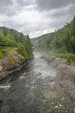 Flod mellan berg Royaltyfri Foto