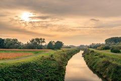Flod mellan dragvägar i bygden Royaltyfria Bilder