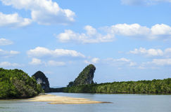 Flod mellan två mountians naturlig sammansättning royaltyfria foton