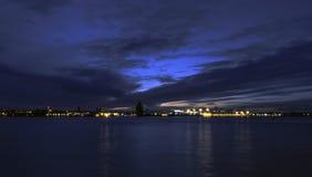 Flod Mersey och Birkenhead vid natt Arkivfoton