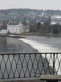 Flod Moldau som svaller till och med Prague arkivfoto
