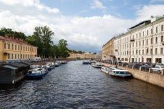 Flod Moyka i sommaren i St Petersburg, Ryssland Royaltyfria Bilder