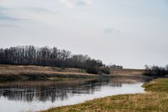 Flod Musa i vårtid lithuania Arkivfoton
