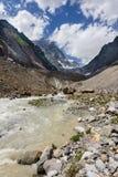 Flod nära den Chalaadi glaciären i Kaukasus berg i sommar Royaltyfri Foto