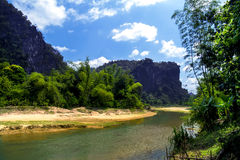 Flod nära den Tham Xang grottan. Royaltyfria Foton