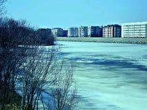 Flod nära staden Arkivbilder