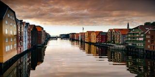 Flod Nid eller Nidelva som kör till och med Trondheim, Norge royaltyfri fotografi