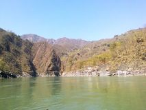 Flod och berg royaltyfria foton