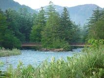 Flod och berg i Kamikochi Arkivbilder