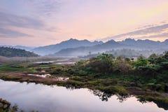Flod- och bergbakgrunden Royaltyfri Bild