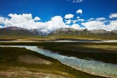 Flod- och berglandskap i Tibet Fotografering för Bildbyråer