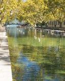 Flod och bro i annecy Royaltyfri Foto