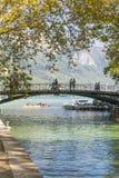 Flod och bro i annecy Arkivfoton