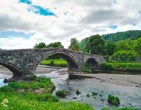 Flod och bro i Llranrwst arkivbilder