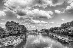Flod och bro i Paris, Frankrike på solig dag Royaltyfria Foton