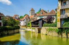 Flod och byggnader i Salies de Bearn, Frankrike Royaltyfri Foto
