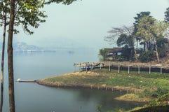 Flod- och bylandskap Royaltyfri Foto