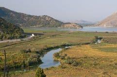 Flod och fält royaltyfria bilder
