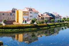 Flod och gamla hus på Monforte de Lemos Arkivbilder