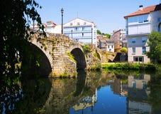 Flod och gammal stenbro på Monforte de Lemos Fotografering för Bildbyråer