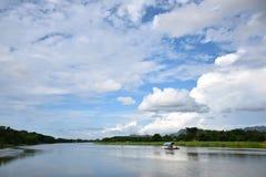 Flod och klar himmel Arkivfoto
