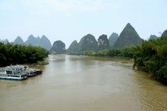 Flod och kullar Arkivfoto