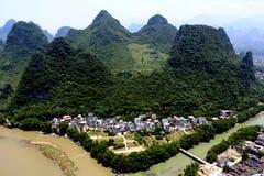 Flod och kullar Arkivbild