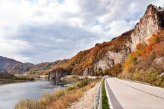Flod och kulle fotografering för bildbyråer