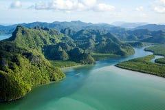 Flod och kulle på den flyg- sikten för tropiskt öparadis Fotografering för Bildbyråer