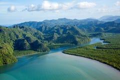 Flod och kulle på den flyg- sikten för tropiskt öparadis Royaltyfri Foto