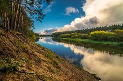 Flod- och molnreflexion royaltyfri fotografi