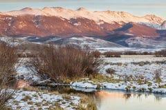 Flod och montains på skymning Royaltyfria Foton
