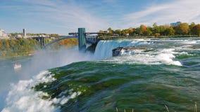 Flod och Niagara Falls Det kraftiga flödet av vatten i förgrunden En av det populäraste intresset av New York - stock video