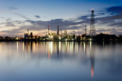 Flod och oljeraffinaderifabrik med reflexion Royaltyfria Bilder